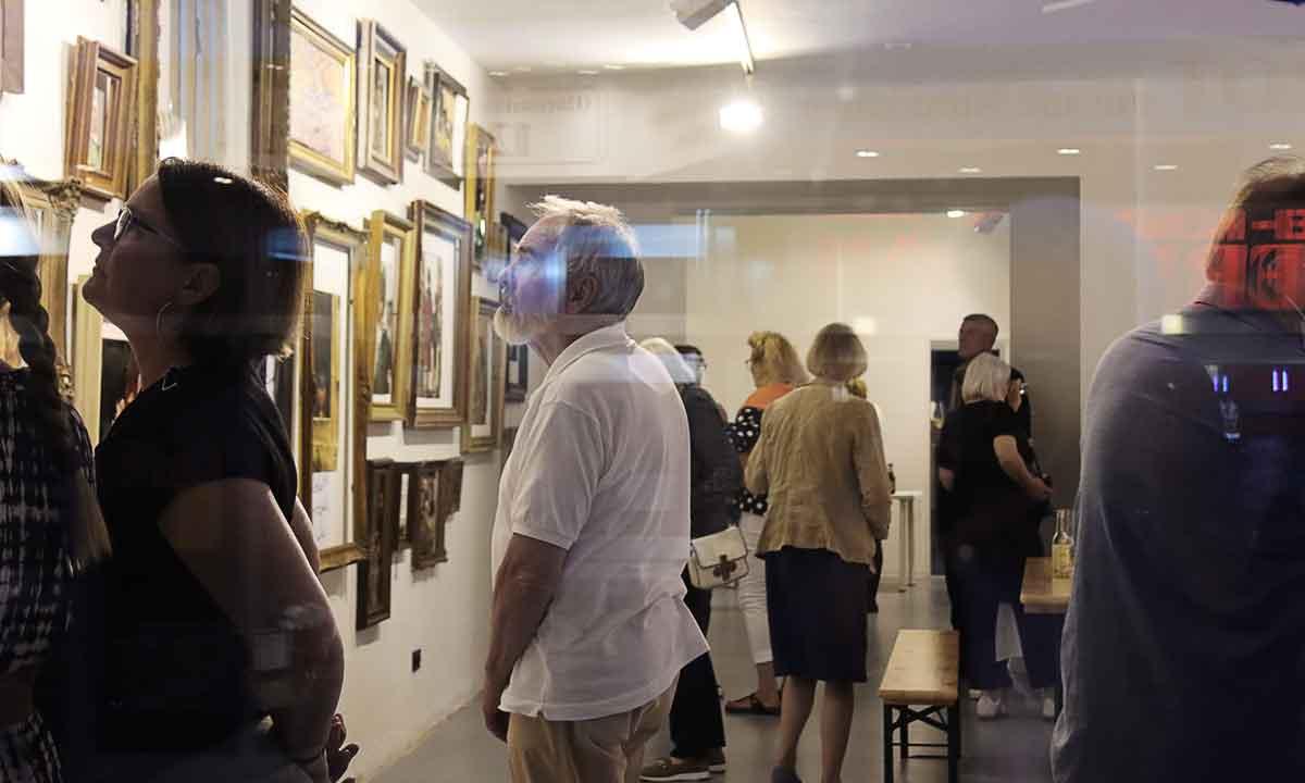 Aufmerksame Ausstellungs-Betrachter