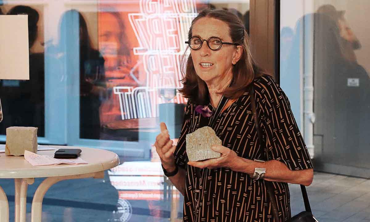 Heidi Pfleiderer zeigt Steine mit arabischer Inschrift