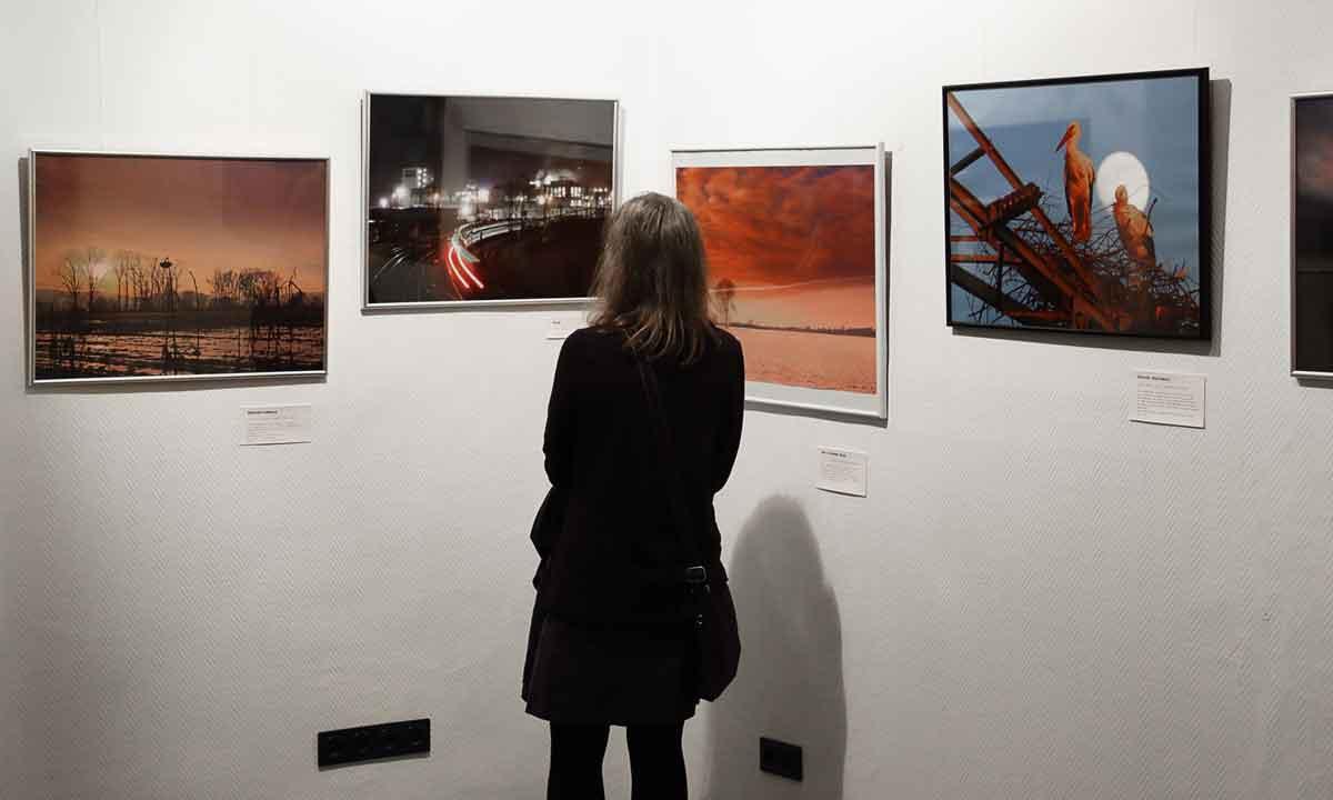 Bilder von Henning Christiansen mit Betrachterin